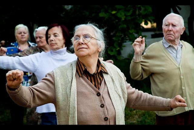 Des résidents d'une maison de retraite effectuant des exercices physiques.