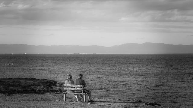 Couple de personnes âgées en retraite sur la Côte d'Azur.