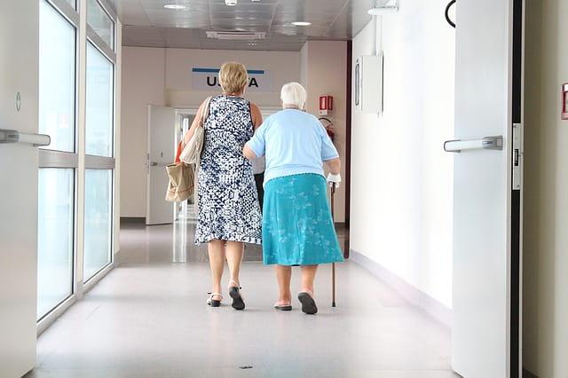 Une femme guide sa mère vers le CCAS pour demander des informations sur les maisons de retraite.