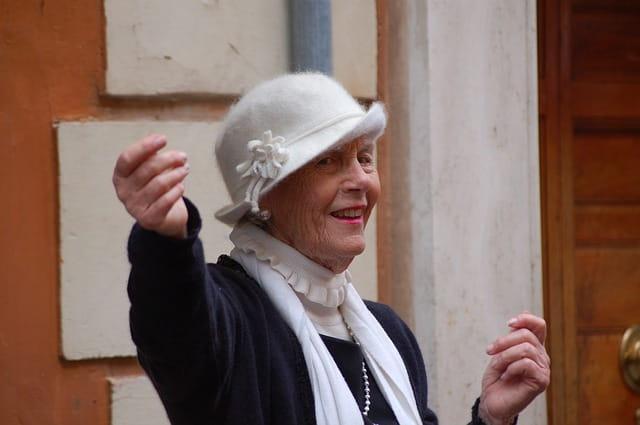 Personne âgée militant pour les droits de la femme.