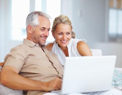 Couple de seniors qui surfe sur le web.