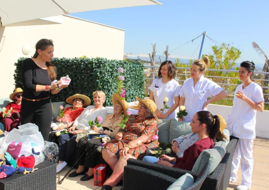 Les résidentes des maisons de retraite Senectis ont tricoté pour la maternité de Cagnes-sur-Mer.