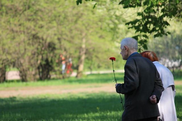 Deux personnes âgées dans un parc.