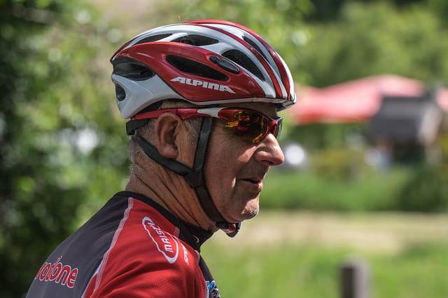 Senior équipé pour faire du vélo.