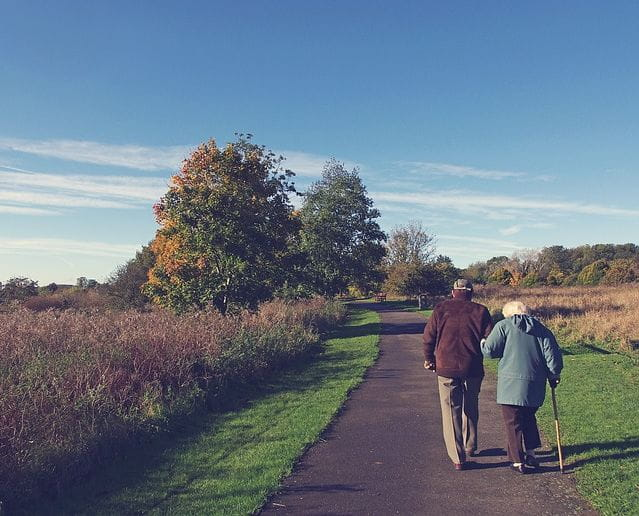 Un couple de seniors en train de se promener.