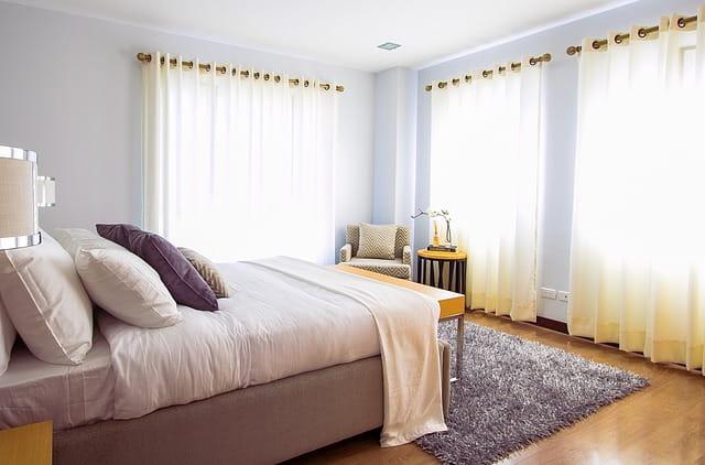 Chambre de maison de retraite décorée dans les tons jaune et violet.