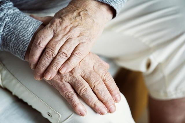 Mains d'une personne âgée en EHPAD.