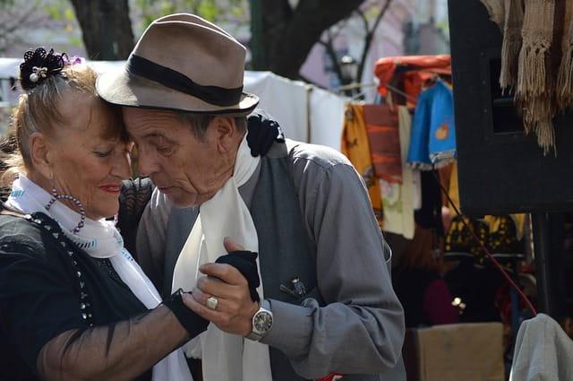 Deux personnes âgées en train de danser.