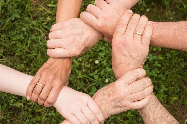 Mains liées entre elles pour signifier la solidarité de toutes les générations en faveur des personnes âgées.