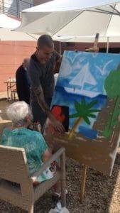 Le graffeur Ecloz enseigne le graff à une pensionnaire de maison de retraite Senectis..