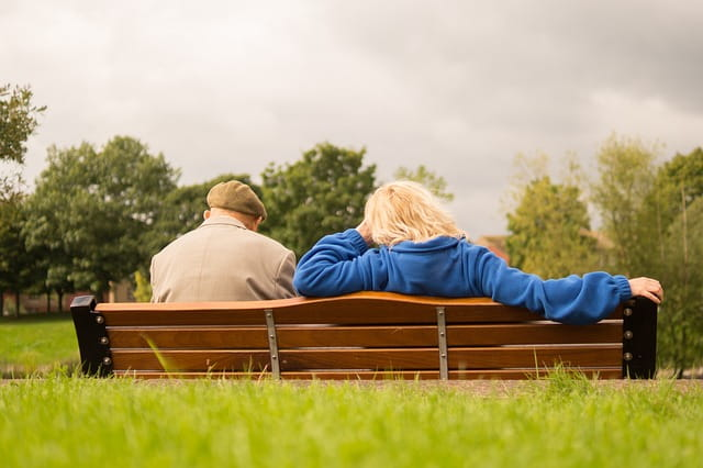 Deux personnes âgées sur un banc.