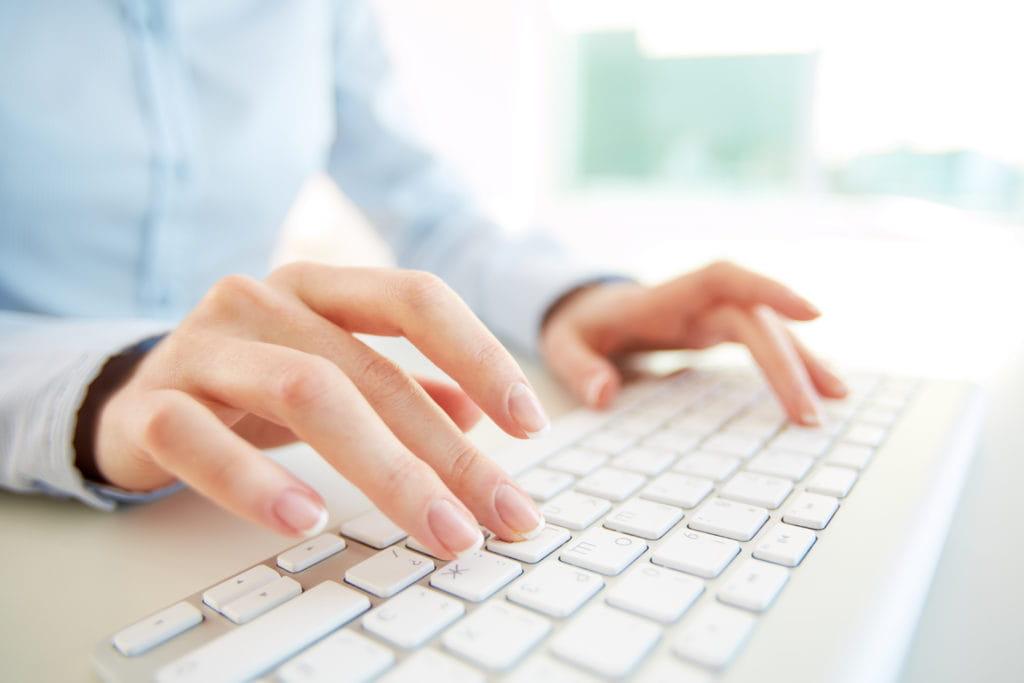 Personne qui tape au clavier d'ordinateur.
