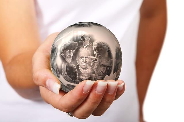 Boule dans laquelle se trouvent des images de personnes âgées en maison de retraite, tenue par la main sécurisante d'une femme.