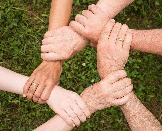 Mains soudées et solidaires pour évoquer les liens intergénérationnels entre les équipes soignantes et les résidents de maisons de retraite.