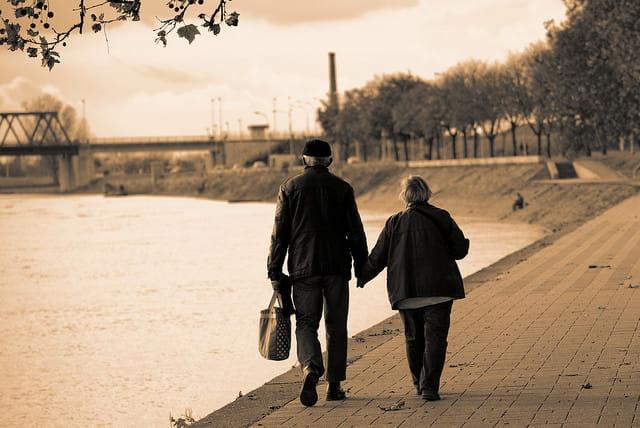 Deux personnes âgées qui se promènent.