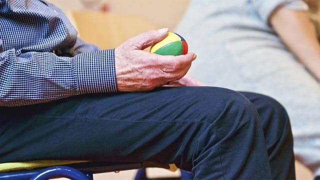 Séance d'ergothérapie dans une maison de retraite des Alpes-Maritimes.