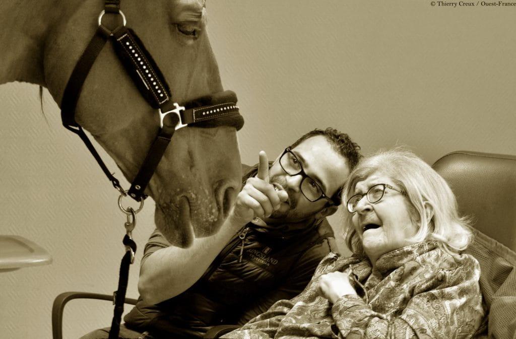 Rencontre entre le cheval Peyo, son dresseur et une vieille dame.
