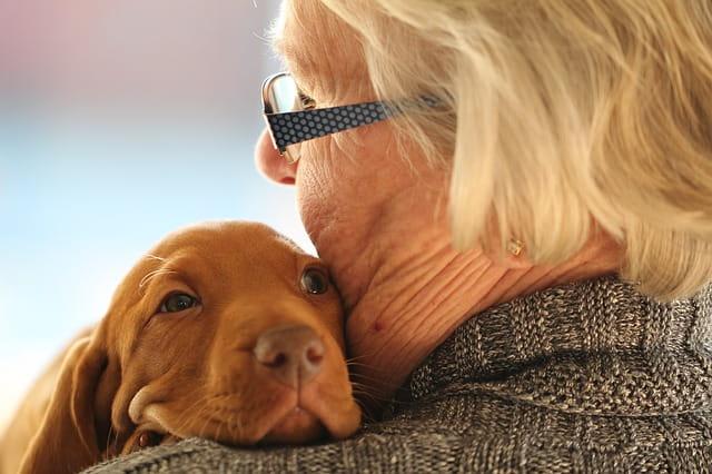 Une vieille dame et un petit chien.