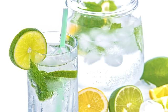 Citronnade fraîche pour contrer les effets de la canicule dans les maisons de retraite.