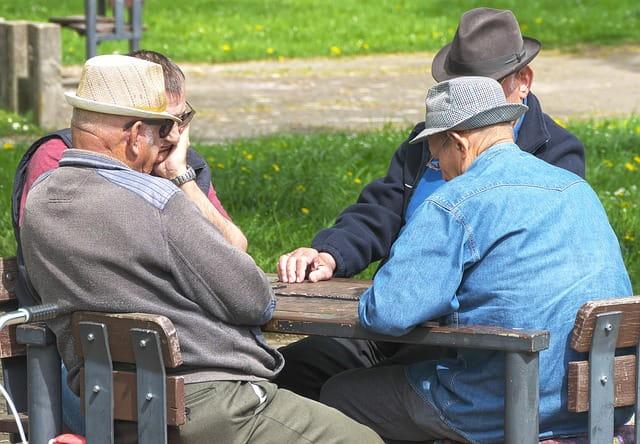 Groupe de retraités jouant aux dominos