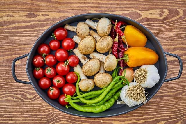 Plat contenant différents légumes cuisinés en maison de retraite.