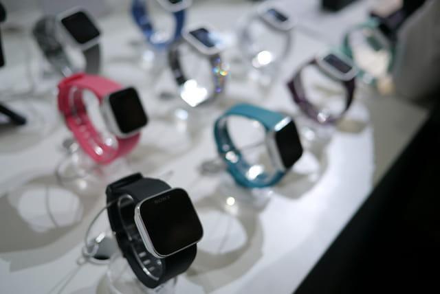 Des montres connectées dans un magasin.