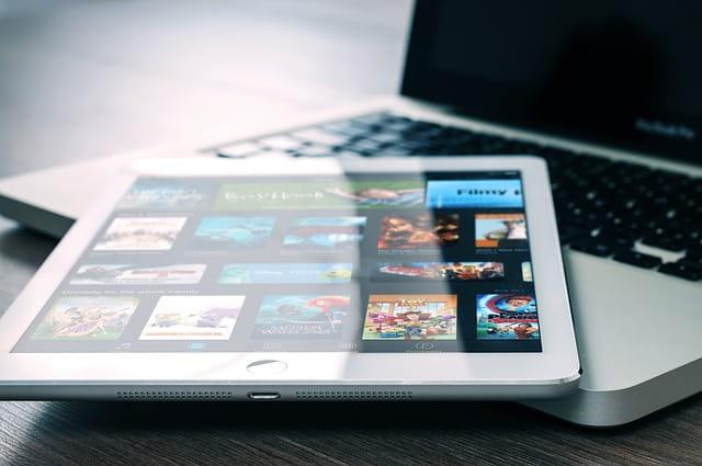 Tablette tactile posée sur un ordinateur portable.