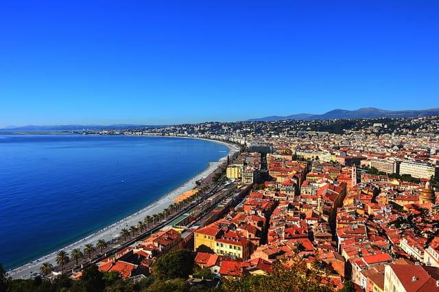 Vue dégagée sur la Promenade des Anglais à Nice.