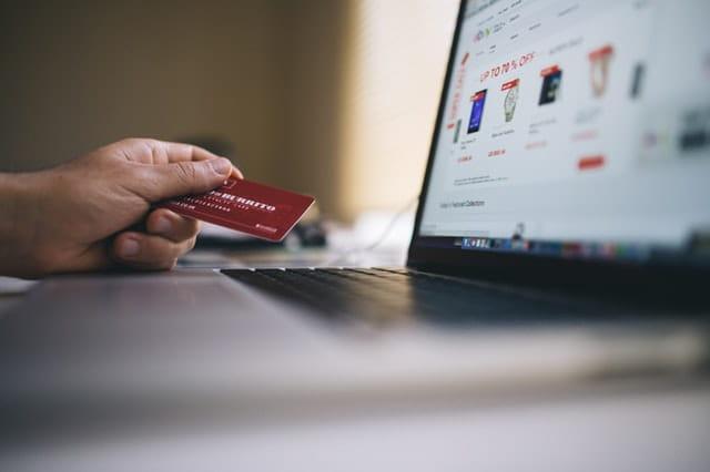 Une personne qui paye avec sa carte sur internet.