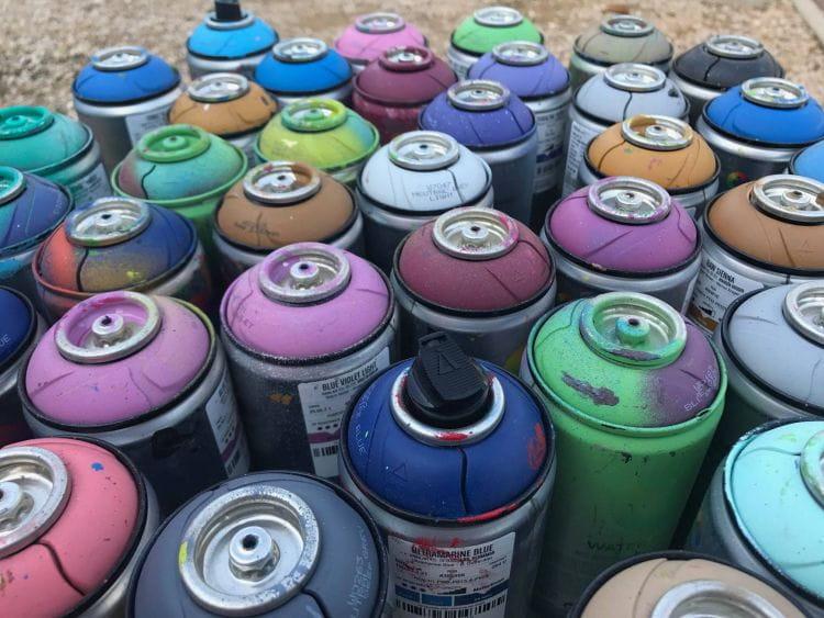 Bombes aérosol lors d'un atelier street art en maison de retraite dans les Alpes-Maritimes.