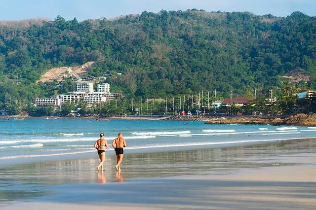 Jeunes retraités en train de faire un footing sur la plage.