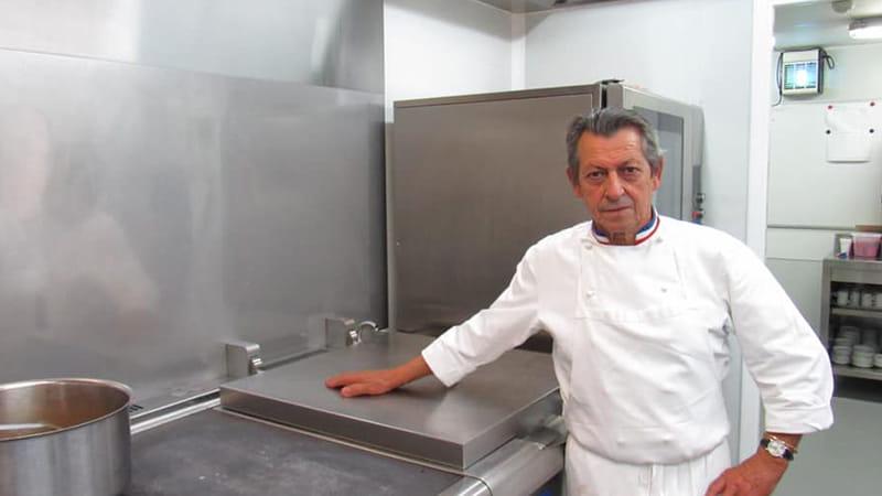 Un chef étoilé dans la cuisine d'une maison de retraite.