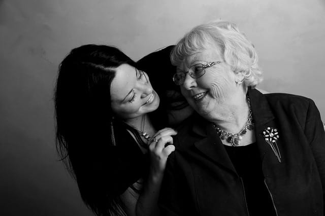 Une grand-mère et sa petite-fille qui se sourient.