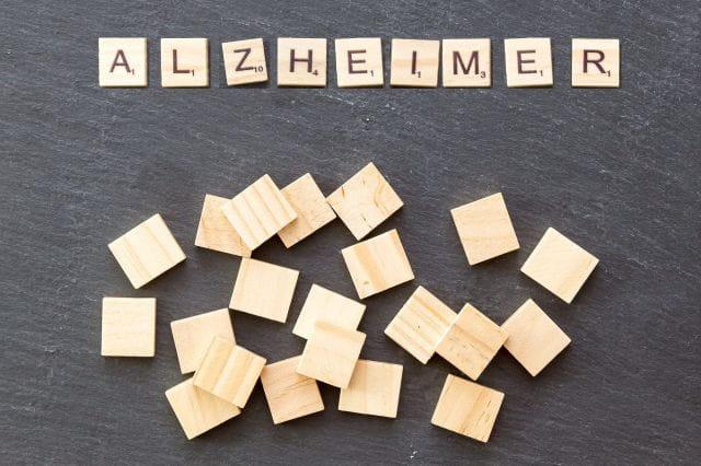 Lettres de Scrabble formant le mot Alzheimer.