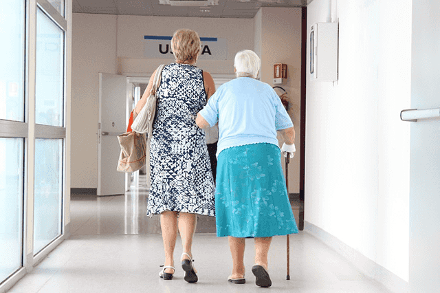La médecine priorise les seniors.