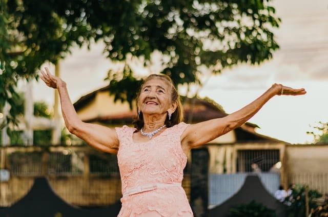 Dame âgée, pensionnaire du village Alzheimer.