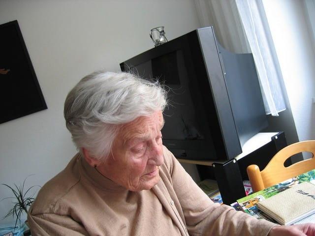 Personne âgée dépendante en maison de retraite Senectis.