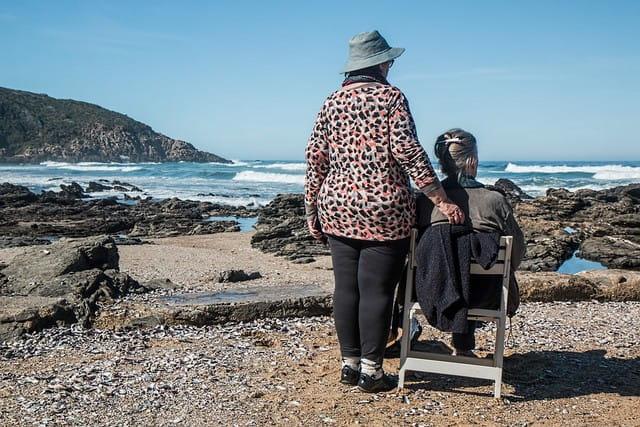 Des personnes âgées à la plage.