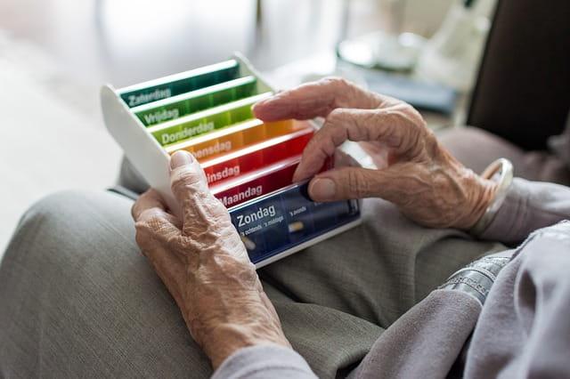 Pilulier d'une personne âgée en maison de retraite.