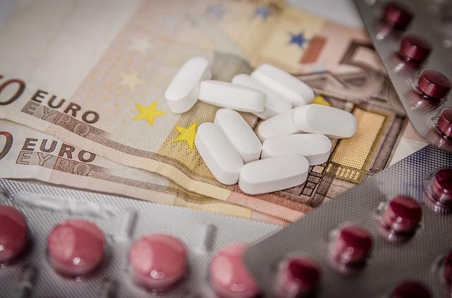 Des médicaments sur des billets de banque.