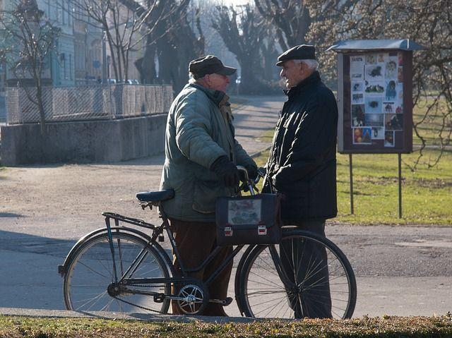 Deux personnes âgées qui discutent.