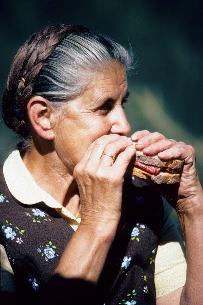 Femme âgée en train de manger dans une maison de retraite lors de la semaine du goût.