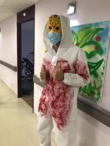 Un déguisement d'Halloween dans la maison de retraite.
