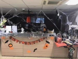 Le bureau de secrétariat de la maison d eretraite pour Halloween.