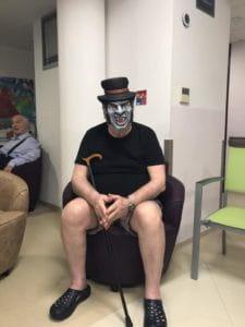 Un pensionnaire de maison d eretraite déguisé pour Halloween.