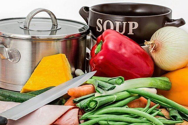 Des ustensiles de cuisine et des légumes.