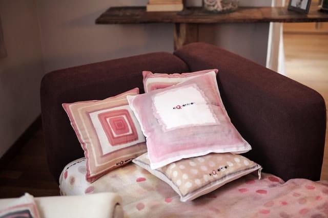 Des coussins sur un canapé dans une chambre de maison de retraite.