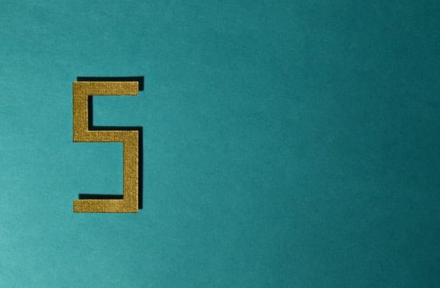 Le chiffre 5 sur un fond vert.