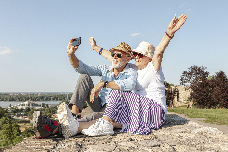 Ce sont deux personnes âgées prenant une photo.