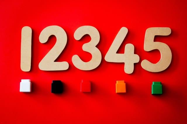 Tableau rouge avec les chiffres 1, 2, 3, 4 et 5.